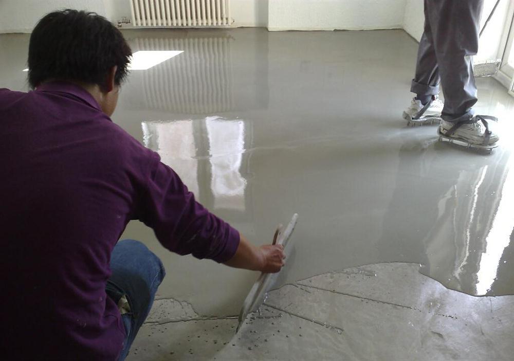一般面层抹灰厚度不小于20mm,在墙面弹出找平控制线.