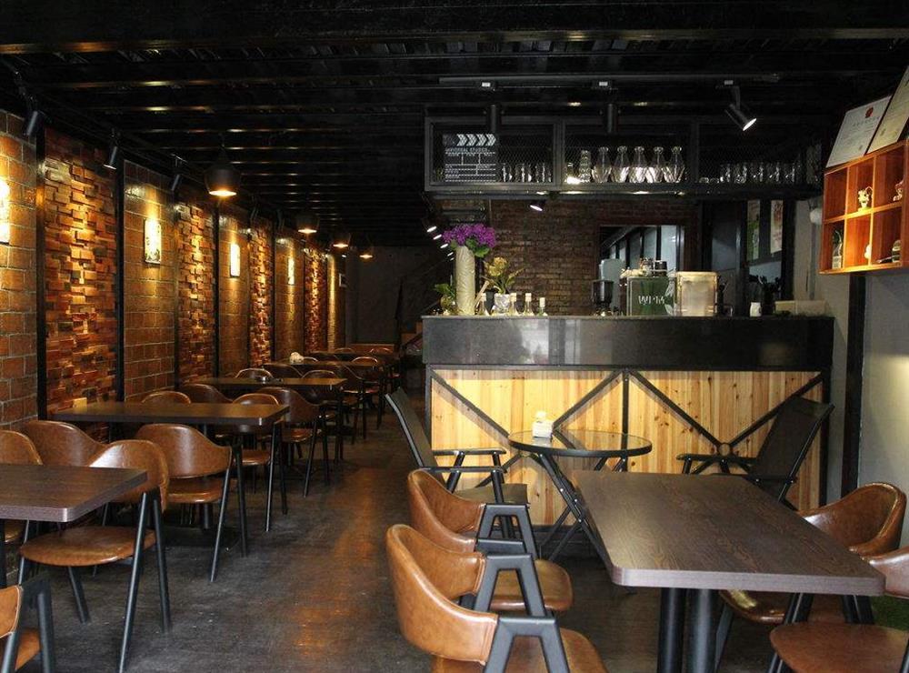 咖啡厅最好是巧妙地利用窗边的空间,多设置一些桌椅,因为很多人都喜欢